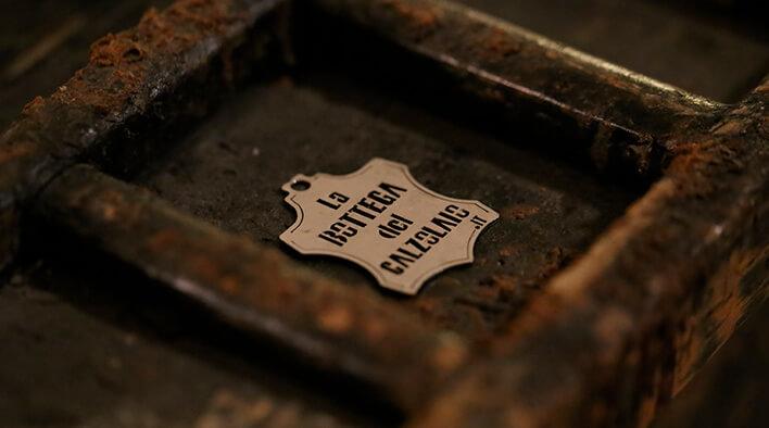 la bottega del calzolaio logo su legno